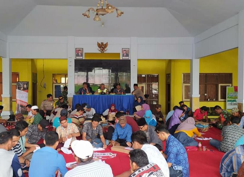 Dilanjutkan acara pelipatan surat suara pemilihan Kepala Desa di Kecamatan Ranuyoso