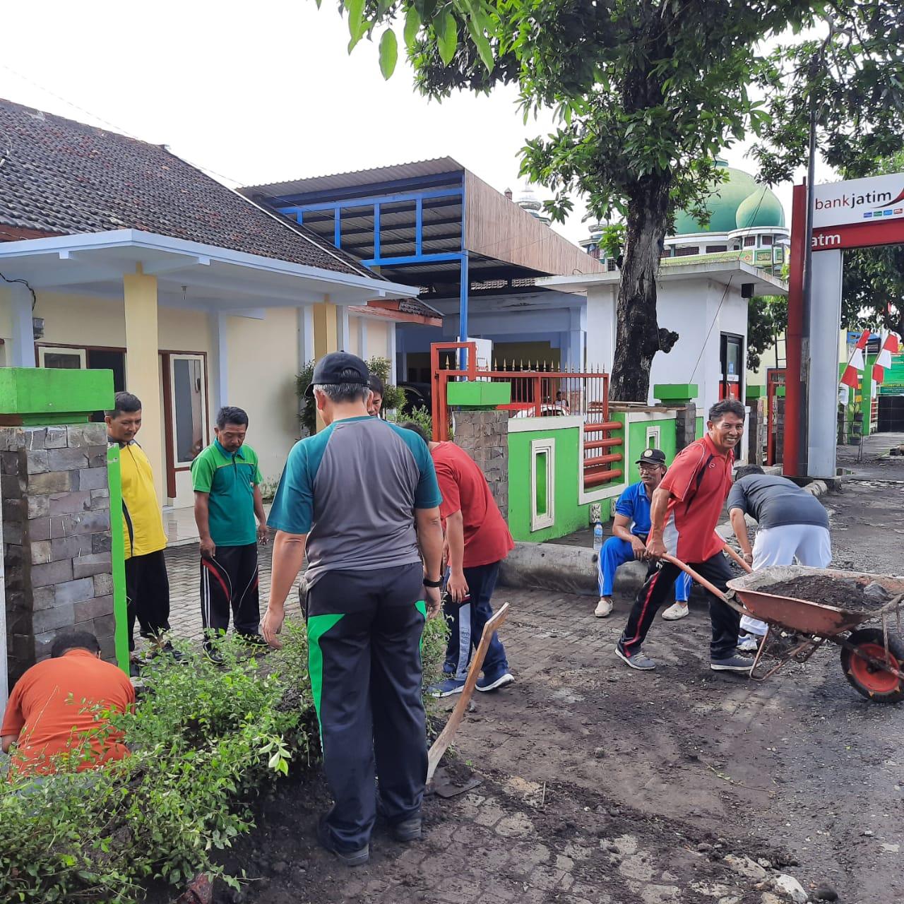Jum'at Bersih Kerja Bakti Seluruh Staf di Lingkungan Kantor Kecamatan Ranuyoso